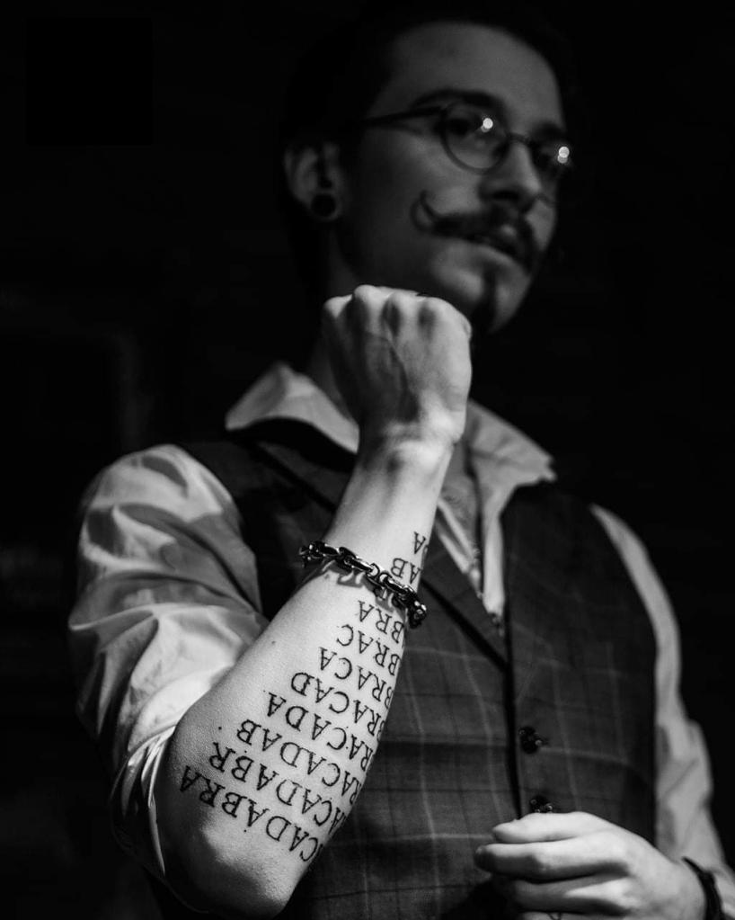 Iluzjonista z z tatuażem Abracadabra - Alex Cerveau